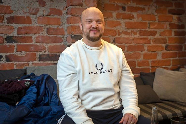 Pyhimys eli Mikko Kuoppala  tunnetaan soolouransa lisäksi  rooleistaan yhtyeissä Teflon  Brothers ja Ruger Hauer. Tänä  keväänä Pyhimys tähditti The  Voice of Finland -sarjaa.