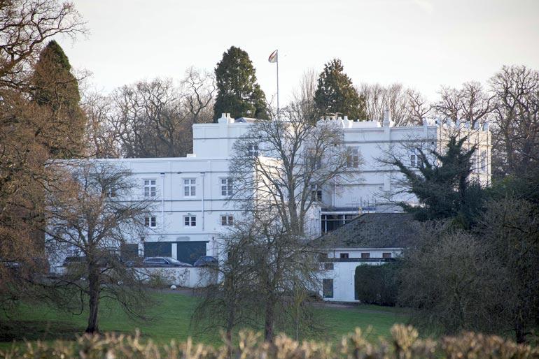Prinssi Andrew asuu Royal  Lodgessa ex-vaimonsa,  herttuatar Sarahin kanssa.  Asumiskustannukset  hoitaa kuningatar Elisabet  omista varoistaan.