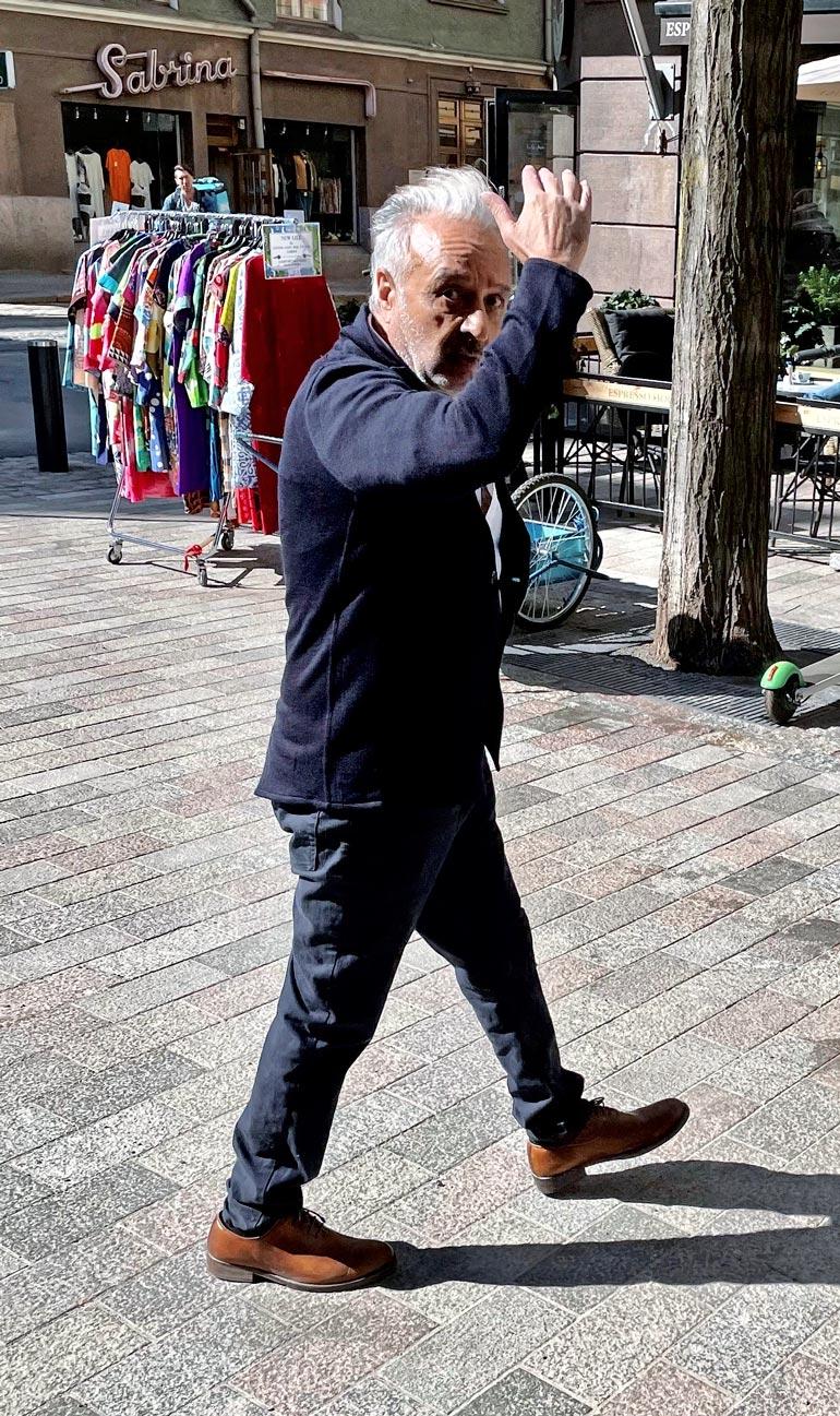 Kohukirjailija laittoi kätensä kasvojensa eteen paparazzi ryhtyessä kuvaamaan.