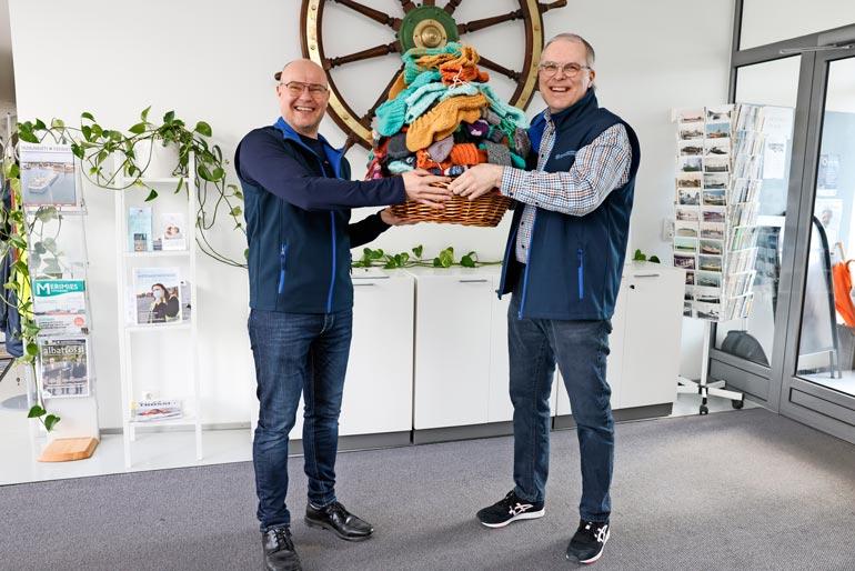 Suomen Merimieskirkon Marko Toljamo ja Jaakko Laasio ovat lahjoituksesta mieleissään.