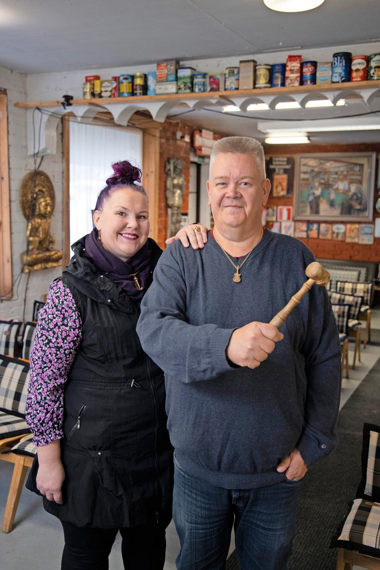 Heli ja Aki Palsanmäki ovat tulleet tutuiksi Matille ja tämän vaimolle. – He kääntyvät puoleemme tarvitessaan huutokauppaan erityistavaraa.