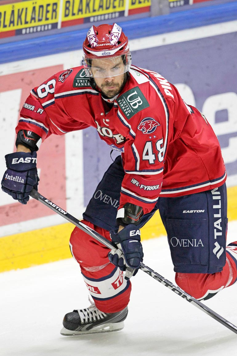 Hannu kiekkoili pitkän uran muun muassa HIFK:n paidassa. Puolustajalta löytyi myös kiekollista osaamista.