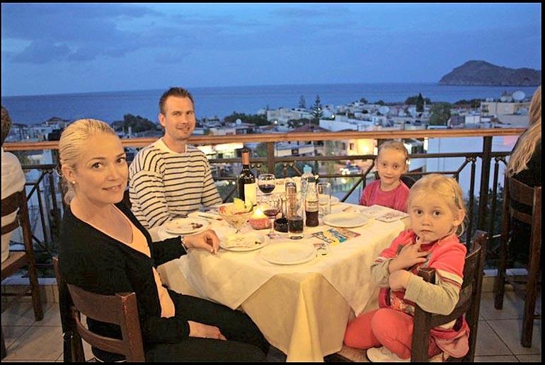 Pippa miehensä Markun sekä Tuulin ja Aavan kanssa Kreetalla vuonna 2010.