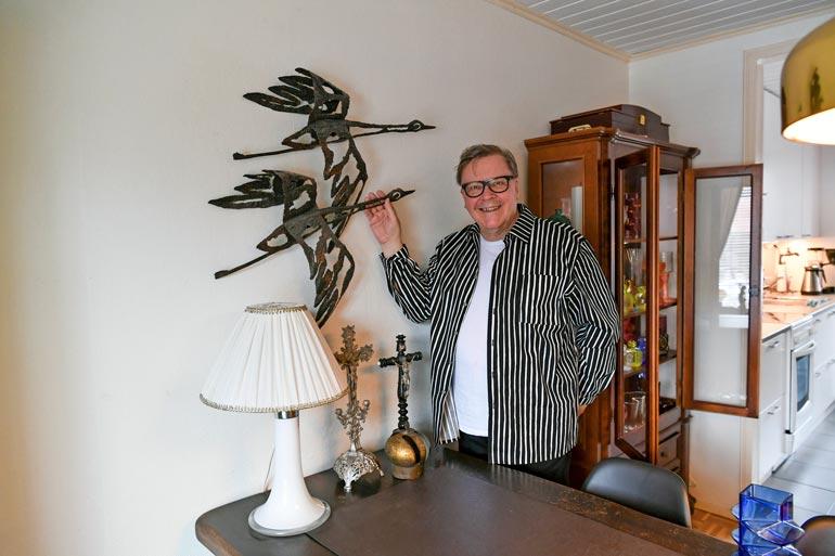 Oululaiskeräilijän koti pullistelee sekä käyttöesineitä että taidehankintoja.