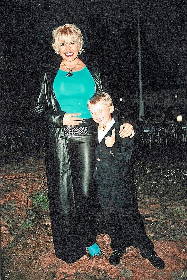 Vuoden 2000 kuvassa Mariannen kainalossa poseeraa 7-vuotias Roope.
