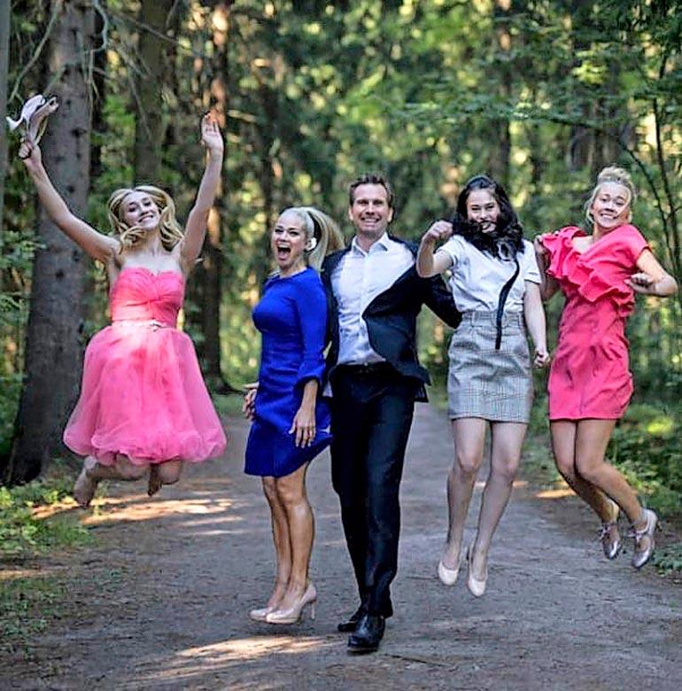 Tuulin rippijuhlat vuonna 2019. Kuvassa Tuuli, Pippa, Markku, Aava ja Iina.
