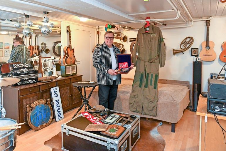 Rivitalon kellari kätkee tavaraa soittimista ja vanhasta ranskalaisesta ennustajanpöydästä aina Ilmavoimien 1980-luvun hävittäjähaalariin. – Löytyyhän täältä kaikenlaista!