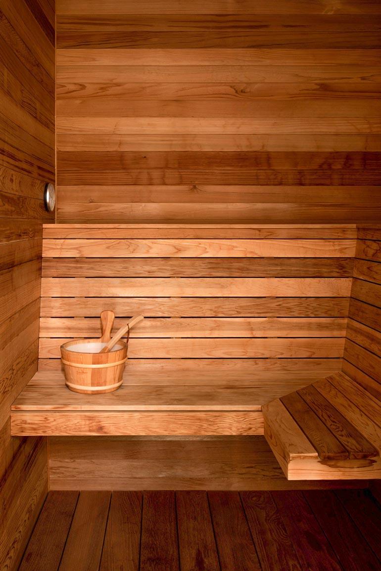 Tiikkipuusta valmistetussa saunassa on vietetty kuumia hetkiä.