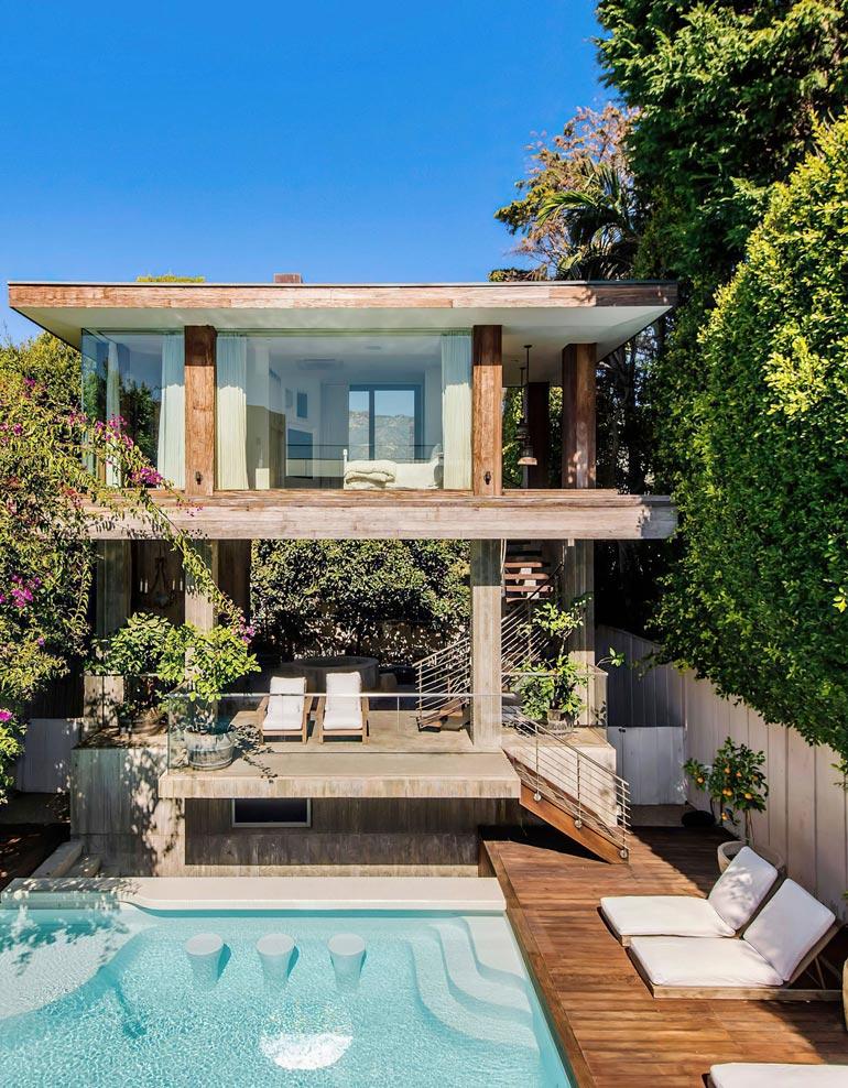 Talo kohoaa puiden katveesta kuin viidakossa konsanaan.