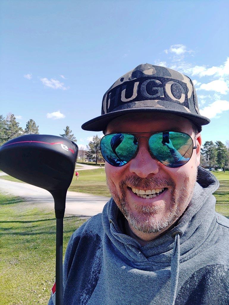 Golf on Artulle rakas laji. Raskaaksi sen tekevät pelien pitkä kesto sekä kuntosalilta tuttuun tempausliikkeeseen verrattavissa olevat lyönnit.