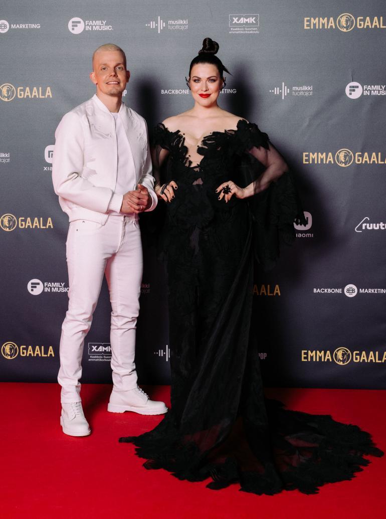 Ystävykset Elastinen ja Jenni Vartiainen näyttäytyivät yhdessä Emma-gaalan punaisella matolla.