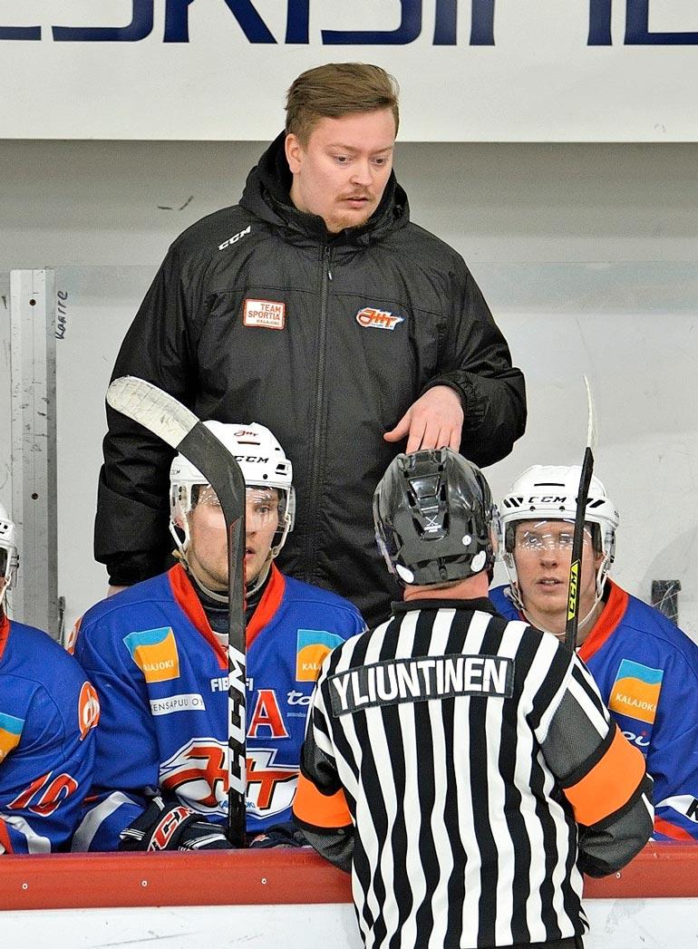 Jesper Jalonen, 27, valmentaa Kalajoen Junkkareita.