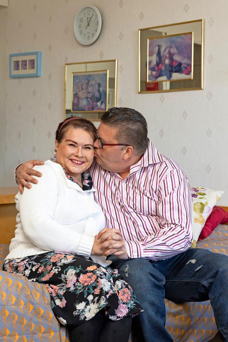 Aviomies  Juha auttaa  ja tukee  Heliä. – Teen  kaiken  voitavani.  Olen nähnyt,  miten ala-arvoisesti Heliä  on kohdeltu.