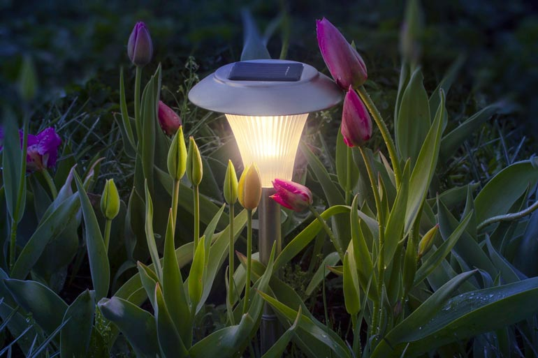 Automaattisesti pimeällä syttyvät valot antavat iloa kesäiltaan.