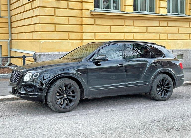 Stefun Bentley Bentayga on hybridiauto, eli sen käyttövoimana on bensiinimoottorin lisäksi sähkö. Auto kiihtyy nollasta sataan runsaassa viidessä sekunnissa, ja sille luvataan huippunopeudeksikin yli 250 kilometriä tunnissa.