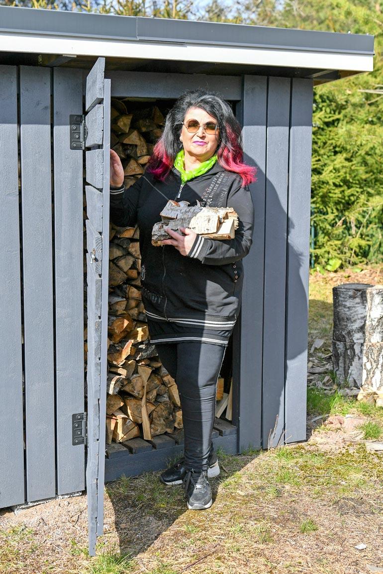Kesän aikana Meiju kantaa useankin puukuormansaunan lämmittämistä varten.