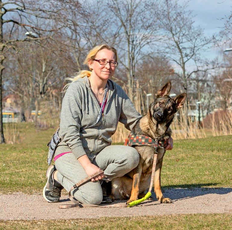 Sokea mutta muuten täysin terve ja valloittava Steffi saa Sarin ansiosta elää täyttä koiran elämää.