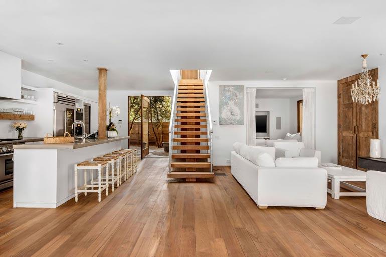 Keittiön ja olohuoneen välisen tilan halkaisevat portaat johtavat suoraan  makuuhuoneeseen.