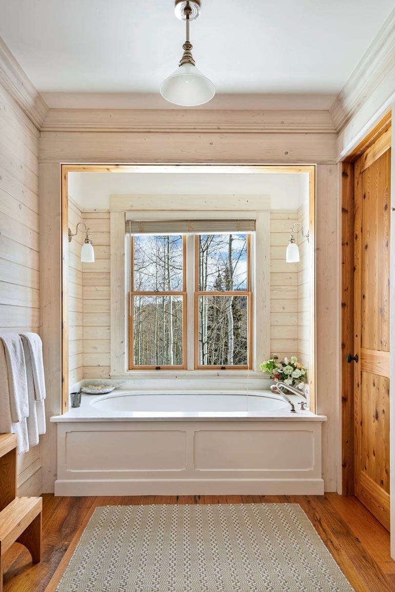 Jerryn talossa puu on sisustusmateriaalina pääroolissa myös kylpyhuoneissa.