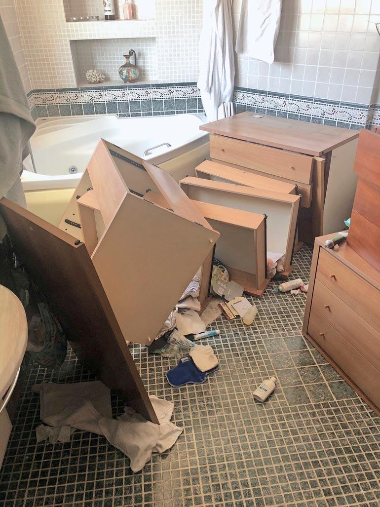Tällaista tuhoa maanjäristys sai aikaan Timin ja Jitkan kotona. KUVA: TIMIN KOTIALBUMI