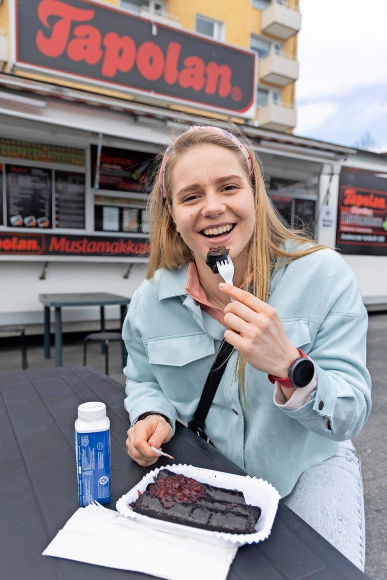 Huippu-urheilijana Ida Hulkko tankkaa pääosin terveellistä ruokaa, mutta herkkujakin mahtuu väliin. – Kyllä sitä aina muutaman mustanmakkaran voi hotkaista.