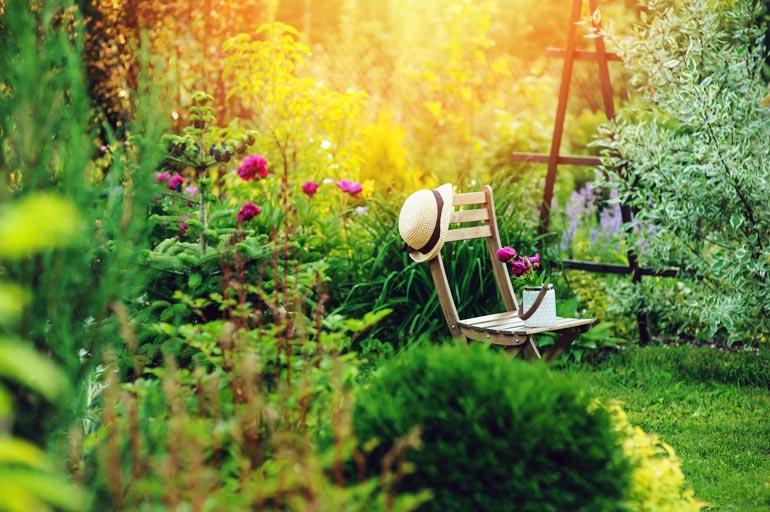 Lepotuoleja on mukava sijoittaa puutarhan lempipaikkoihin.