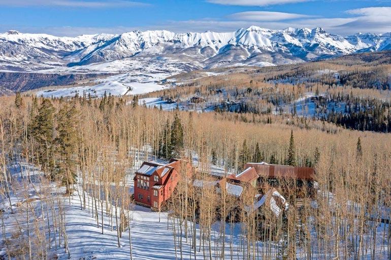 Vuoristotalon  pihatiet on lämmitetty,  jotta autot eivät  juutu lumeen ja  jäähän.