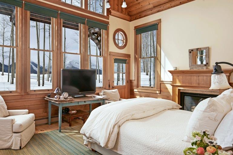 Makuuhuonetta koristaa suuri takka, ja huoneesta myös pääsee suoraan terassille.