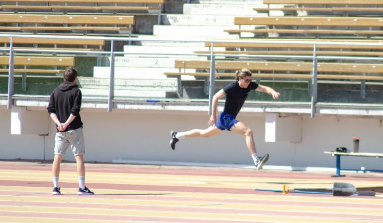 Personal trainer seurasi silmä kovana nuorukaisen pituushyppyharjoituksia.