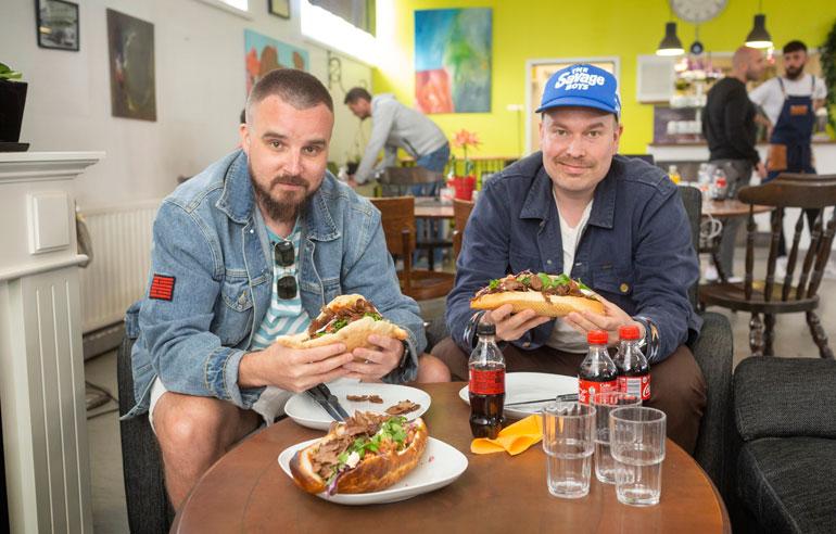 Voli (vas.) ja Heikki Kuula Teflon Brothersista valitsivat parasta mahdollista döner kebab-vaihtoehtoa Tikkurilassa