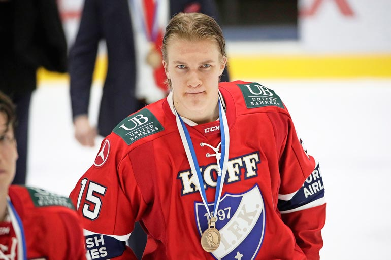 Vaikka Nicole on iskenyt silmänsä Antoniin, kirkkonummelaiskaunotar ei ole Helsingin IFK:n kannattaja. – Sydämeni on sykkinyt aina Espoon Bluesille! Harmi, ettei seuraa ole enää olemassa.