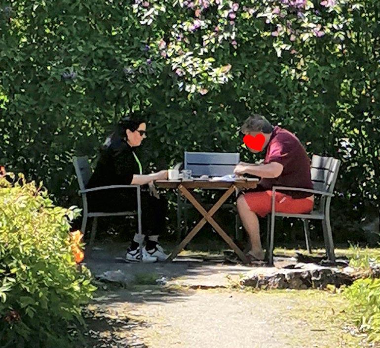 Kaija ja yritysjohtajarakas nauttivat sunnuntaina kesäisestä kahvihetkestä Tuusulassa.
