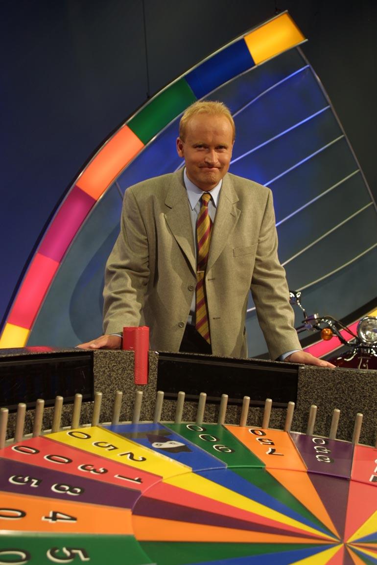 Janne Porkka tuli suurelle yleisölle tutuksi Onnenpyörä-ohjelmasta, jota hän juonsi 1993–2001.