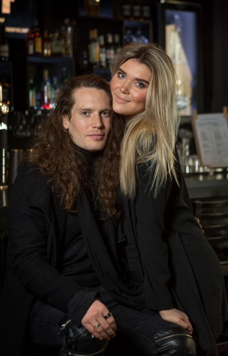 Rokkarina leipänsä ansaitseva Jesse Smith ja Bea Toivonen poseerasivat Seiskalle rakastuneina vuonna 2018.