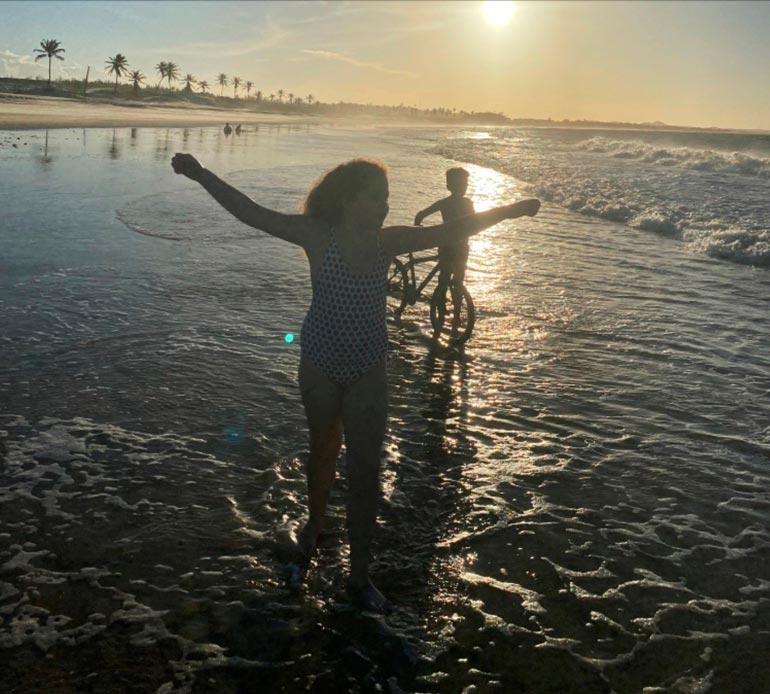 Maria ja Toivo leikkivät innoissaan brasilialaisella uimarannalla.