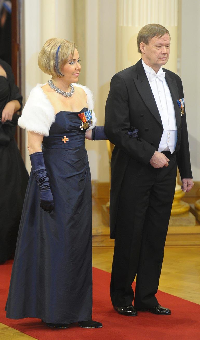 Kokoomuspoliitikko nousi eduskuntaan vuonna 1995, ja putosi sieltä 2011. Kuvassa Tuija miehensä Veli-Matin kanssa Linnan juhlissa 2006.
