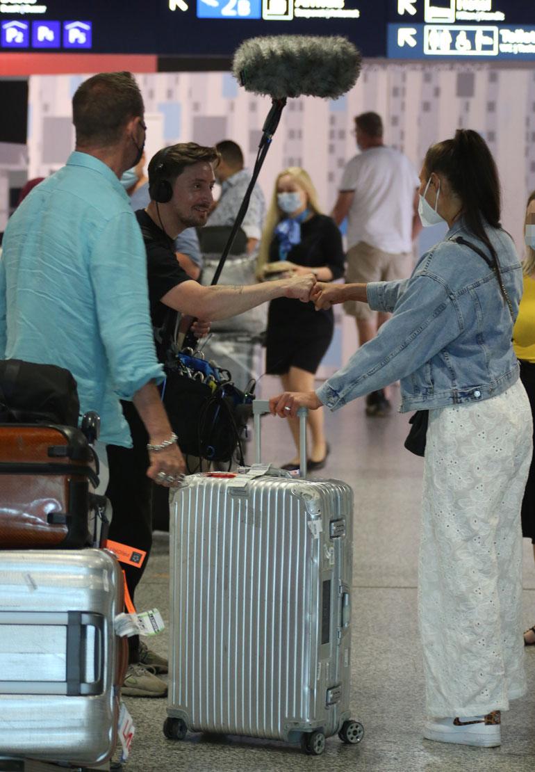 Tv-ryhmä ympäröi Rennyn ja Johannan lentokentällä.