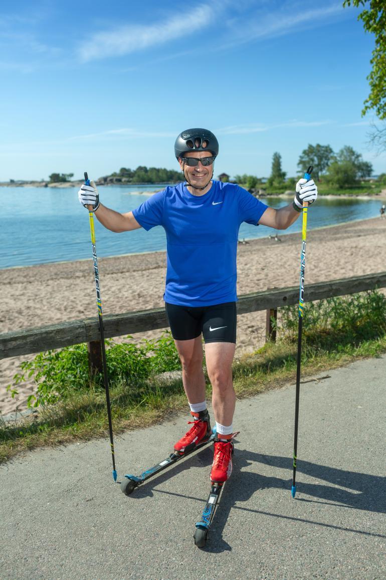 Lahtelainen ultrahiihtäjä Teemu Virtanen, 53, lähti torstaina rullahiihtämään Hangosta Utsjoelle. Perillä hänen pitäisi olla tulevana viikonloppuna.
