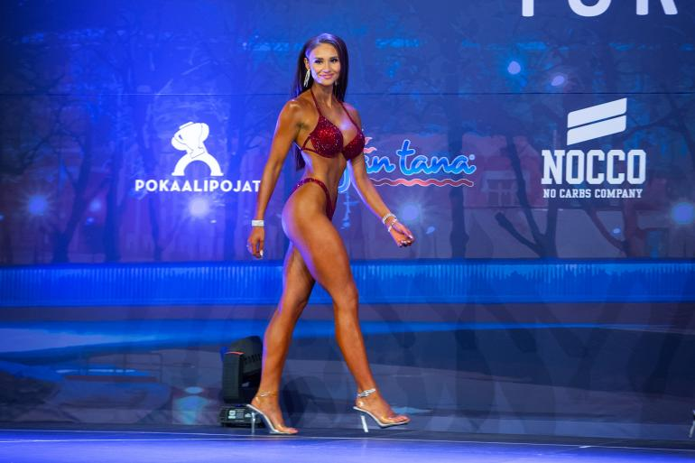 Kuvankaunis Johanna Harlin suorastaan säteili bikini fitnessin finaalilavalla.