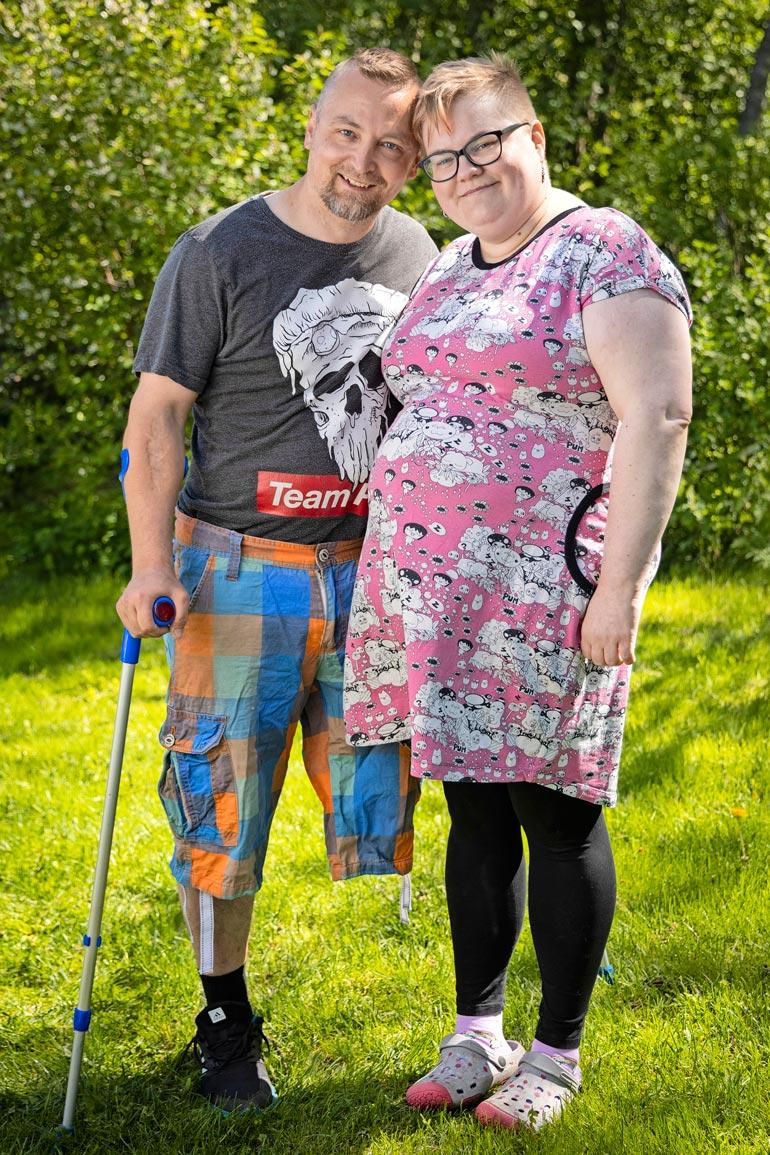 – Kyynärsauvat ovat tarpeen, mutta en valita. Olisin voinut päätyä myös neliraajahalvaantuneena vuodepotilaa, Jani sanoo Marjo-vaimo vierellään.