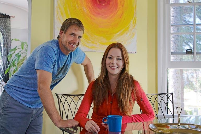 Lapsen myötä Anna on käynyt vanhempiensa luona Suomessa vuosittain. Näyttelijänä ja mallina menestynyt kaunotar on asunut USA:ssa jo parikymmentä vuotta ja ollut 14 vuotta yhdessä Rob McKinleyn kanssa.