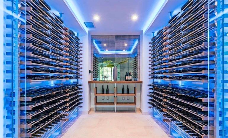 LED-valaistu viinihuone on kartanon silmiinpistävin tila.