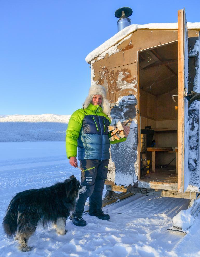 Iloinen Aki esitteli Seiskalle pilkkisaunamökkiä Kilpisjärven jäällä helmikuussa 2019.