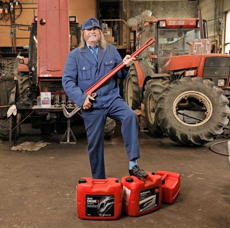 – Isoilla miehillä on isot työkalut, Aarne Tenkanen näyttää.