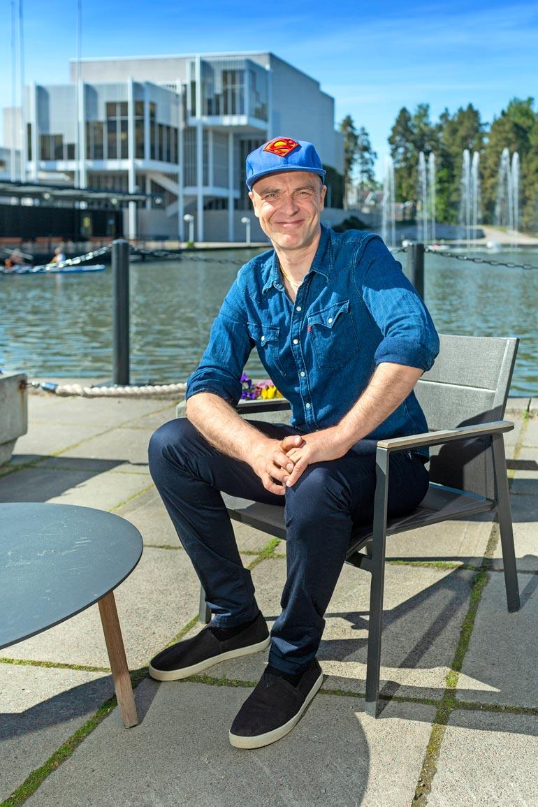Kari Tapion poika Joona Jalkanen tutustui Matti Nykäseen kuuluisan isänsä kautta. – Faijalla oli sama keikkamyyjä kuin Masalla, jota tapasin satunnaisesti,  musikaalin tuottava Joona kertoo.