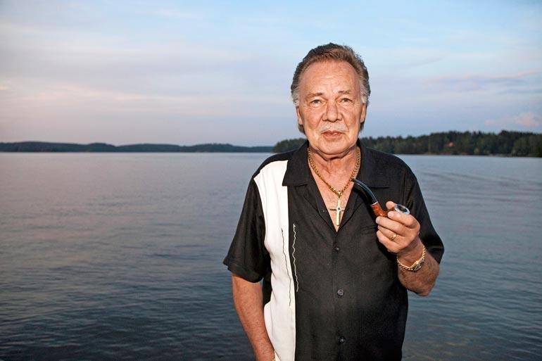 Suuri suomalainen iskelmälegenda Kari Tapio (1945–2010) kuului veteraanimäkihyppääjien kiltaan. – Faijan ennätys oli 44,5 metriä. Sen hän hyppäsi vieläpä lankut jalassa, Joona tietää.