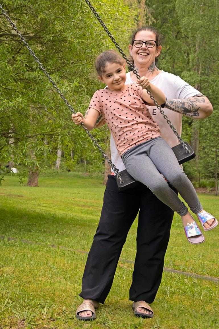 Belinda ulkoilee ja elää ilman häpeän ja itseinhon tunteita.  – Liikkuminen on minulle tärkeää ja pitää masennuksenkin poissa, Belinda iloitsee. Puistossa mukana on nuorempi lapsi Melissa, 7.