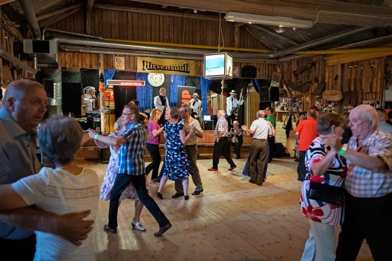 Hirvensuulin tanssilavalla on keskiviikkoisin naistenhaku. Innokkaimmat tanssahtelijat olivat tulleet paikalle jo tunteja ennen keikan alkua.