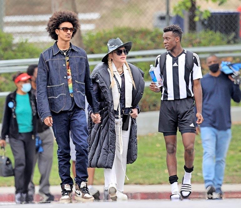 Madonnan poikaystävä Ahlamalik on popparin taustatanssija. Adoptiopoika David Banda on lahjakas jalkapalloilija.