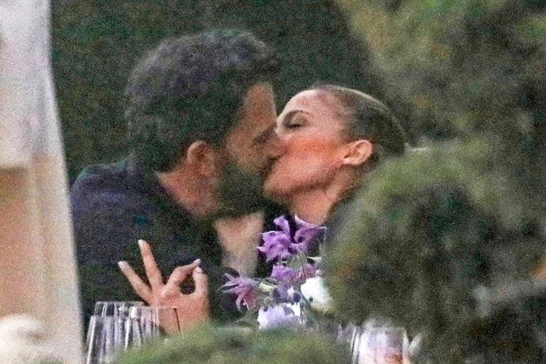 Ben ja J-Lo antautuivat kiihkeään suudelmaan.